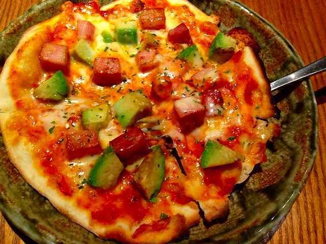 アボガドとベーコンのトマトピザ.jpg