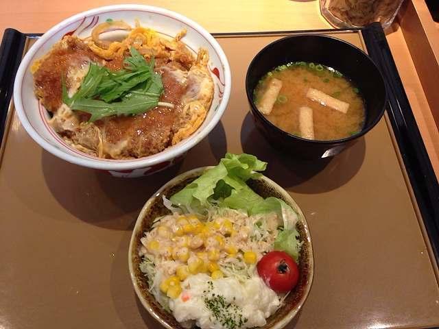 カツ丼とサラダ.jpg