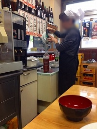 処理済~冷えたウーロン茶を入れてくれる2.jpg