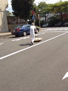 処理済~台車を押すオヤジさん.jpg