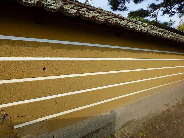 右塀と弾痕.jpg