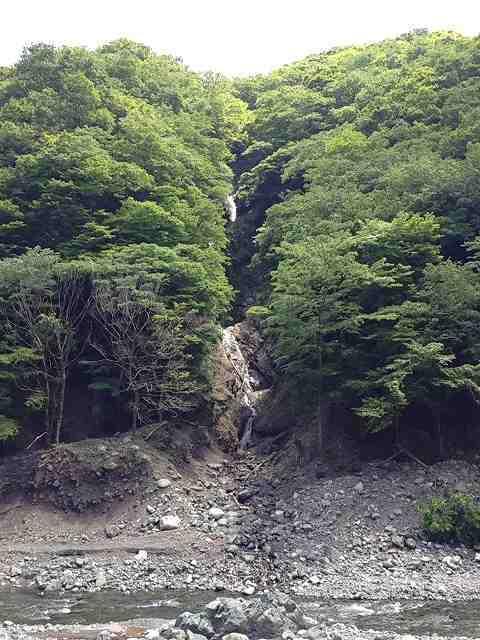 対岸に滝が。。。.jpg