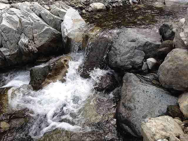 岩場の流れ.jpg