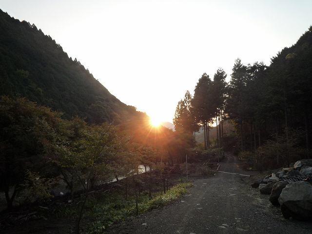 裏の敷地に朝日が・・・1.jpg