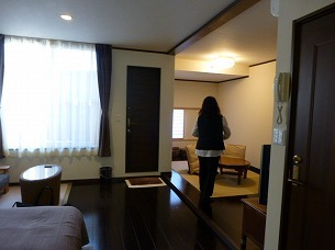 部屋を闊歩するジャン妻1.jpg