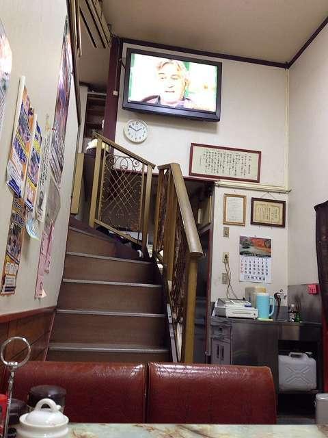 階段とTVと天井.jpg
