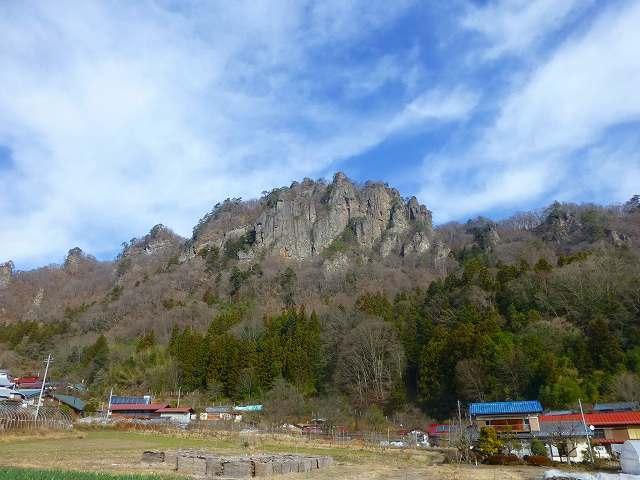 集落の裏に岩櫃山が・・・.jpg
