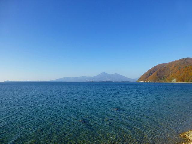 青い湖水と青空2.jpg
