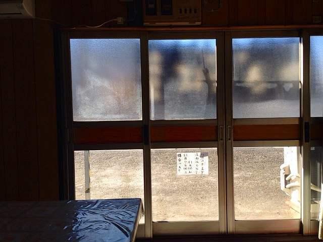 店内から暖簾を見る.jpg